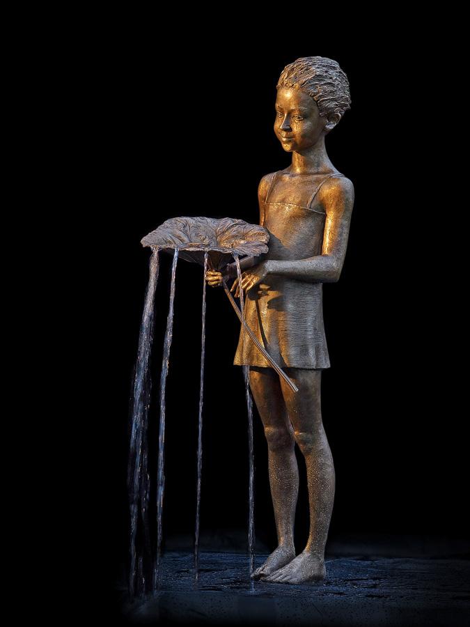 Maedchen mit Blatt, Plastik, Springbrunnen, Brunnen, Wasser, Kind, Skulptur aus Bronze, von Malgorzata Chodakowska